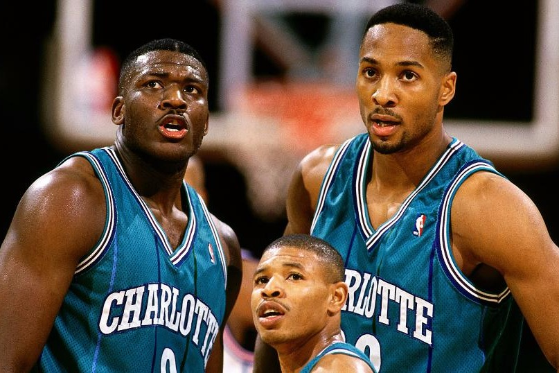 Tyrone Muggsy Bogues tra Larry Johnson e Alonzo Mourning