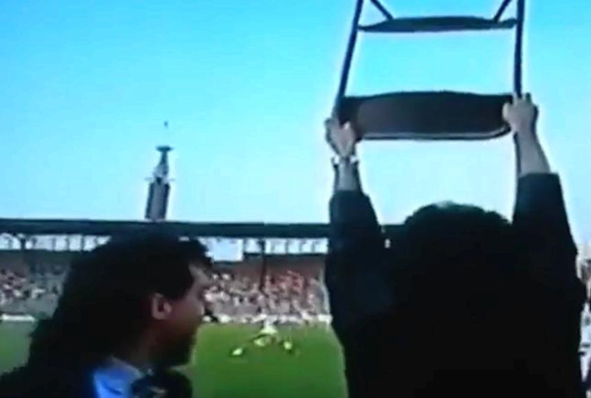 Emiliano Mondonico alza la sedia in segn