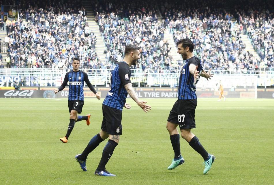 Icardi esulta con Candreva durante Inter