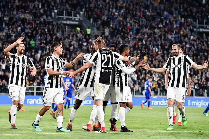 La festa bianconera dopo il 3-0 sulla Sampdoria: lo scudetto si avvicina