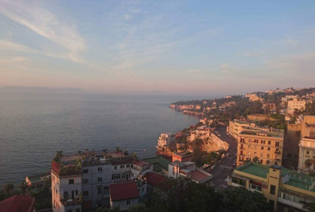 Lalba a Napoli