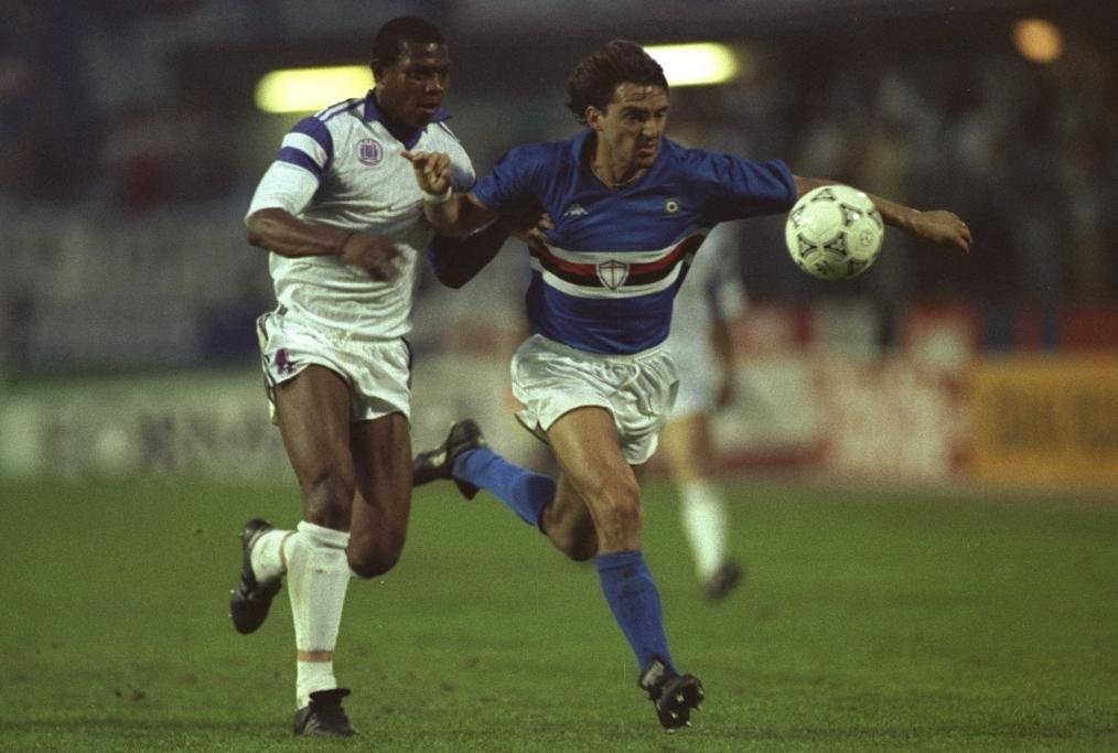 Roberto Mancini of Sampdoria holds off S