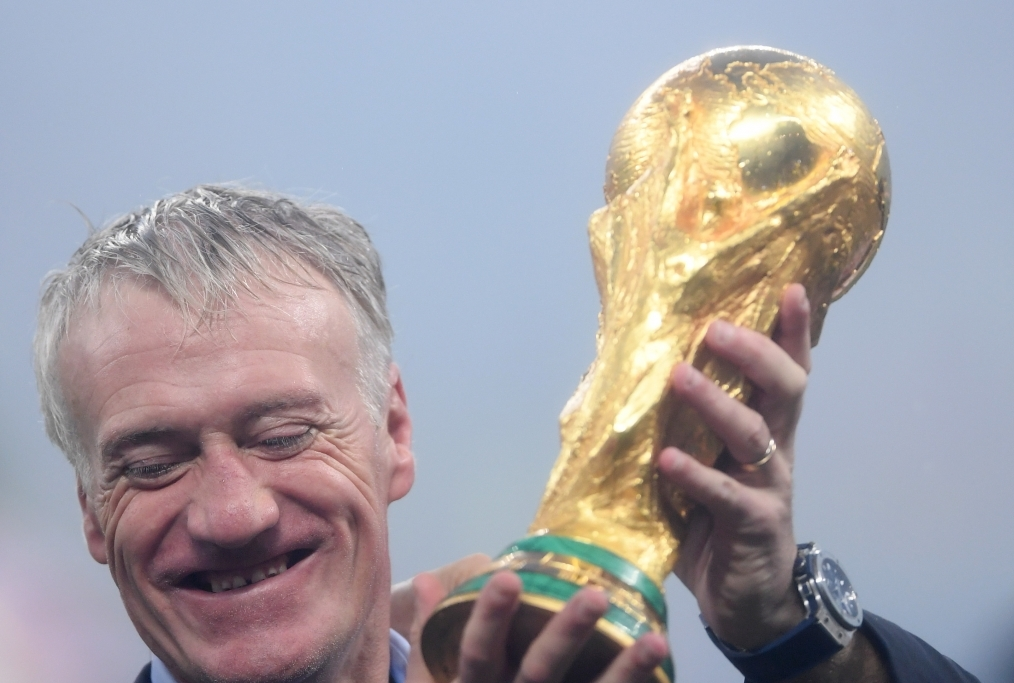 Deschamps alza la coppa nel cielo di Mos