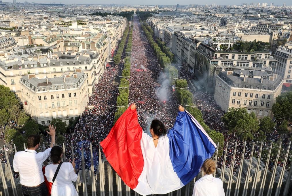 La festa sugli Champs-Elysèes