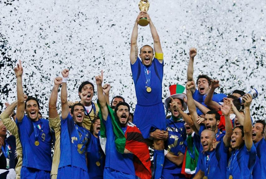 Capitan Cannavaro alza la Coppa al cielo