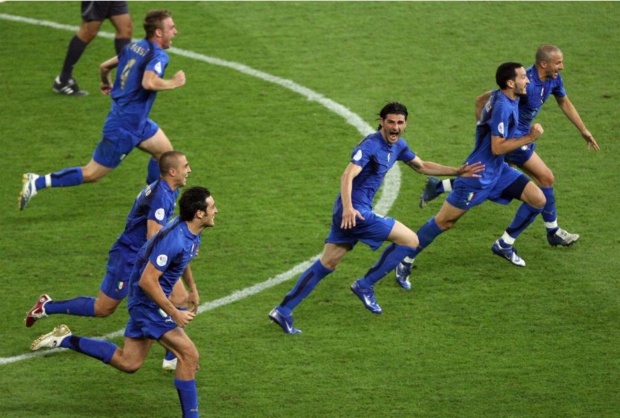 Grosso realizza il quinto rigore Italia