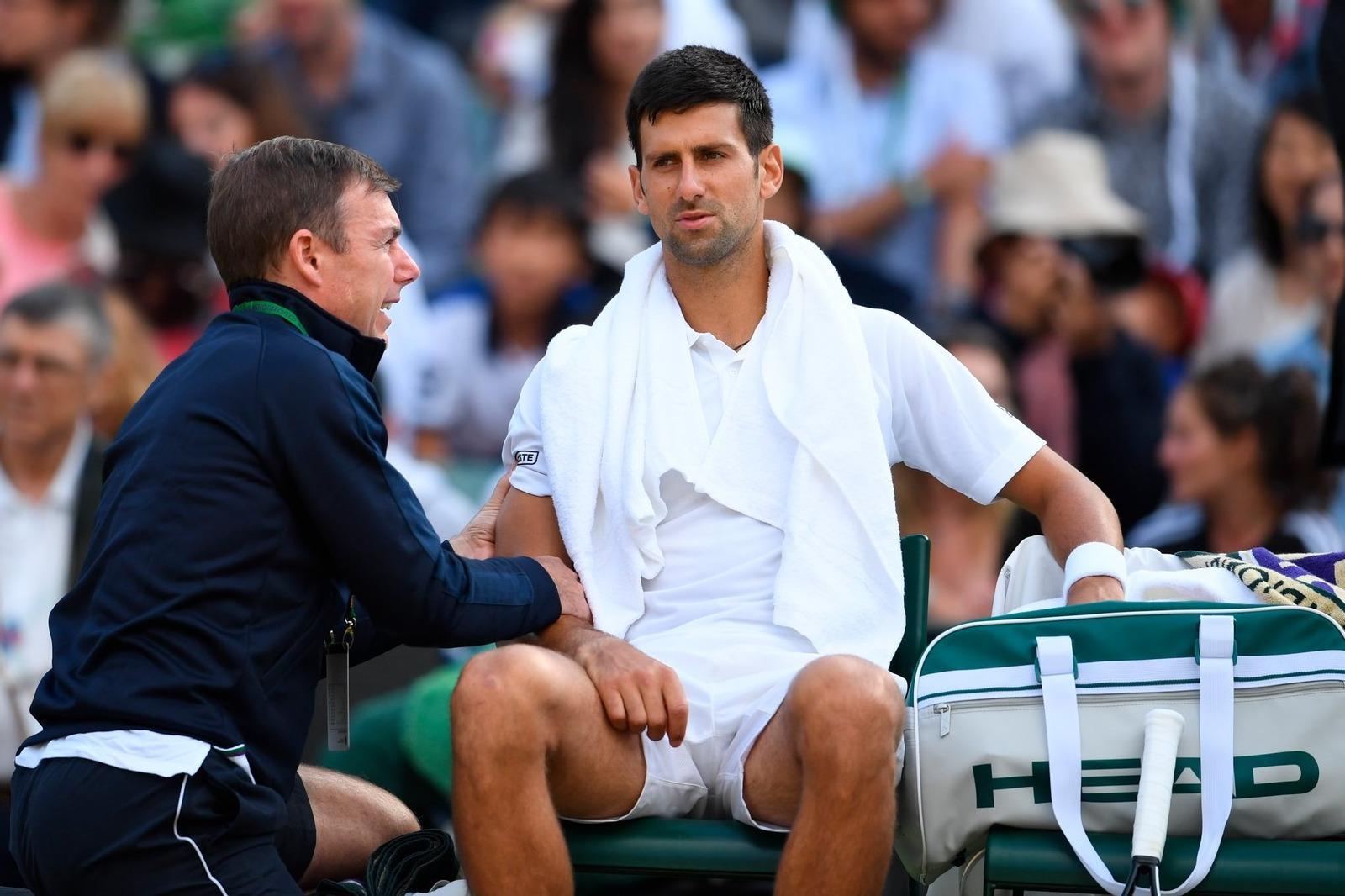 Wimbledon 2017 l'infortunio di Djokovic
