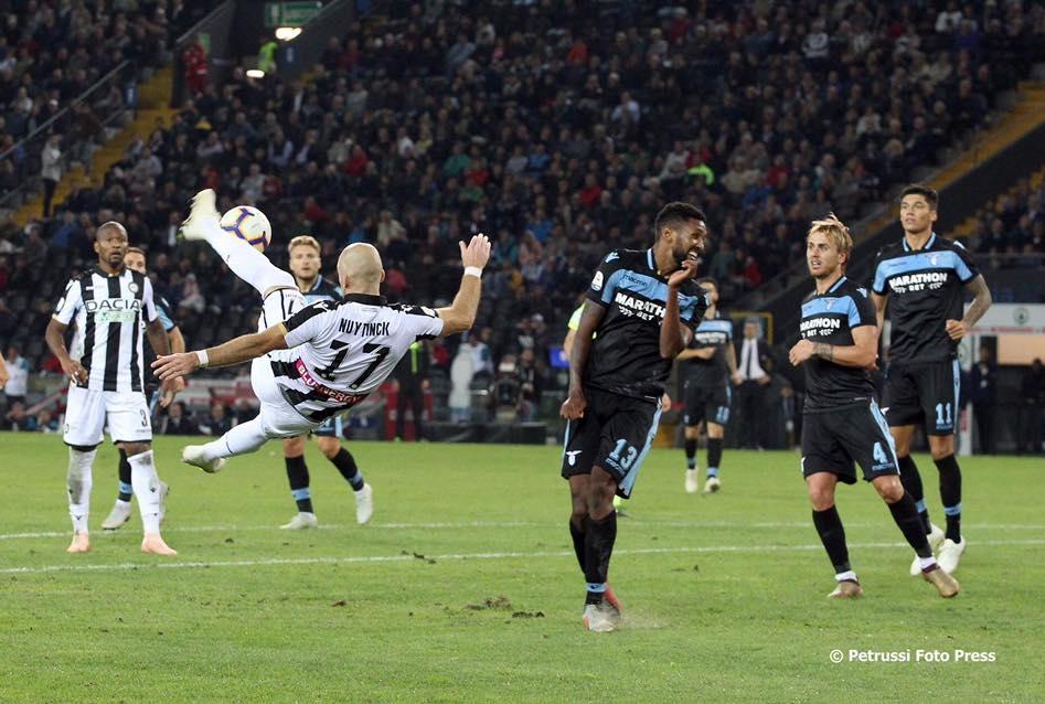 Nuytinck in volo per il gol del 2-1
