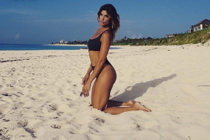Elisabetta Canalis in bikini in spiaggia