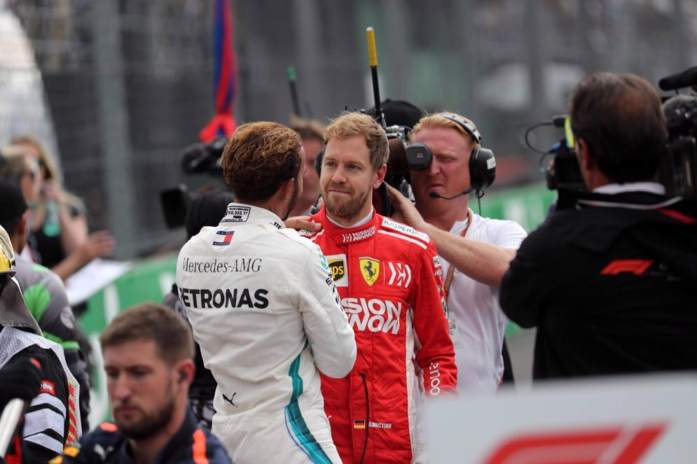 Vettel stringe la mano a Hamilton