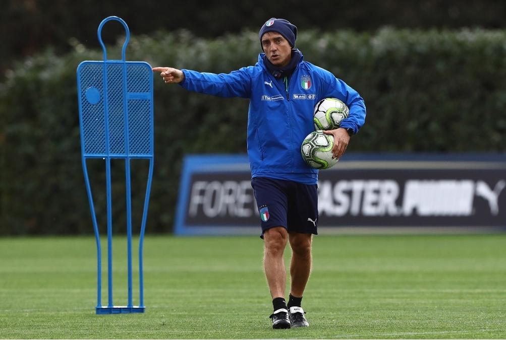 Mancini guida un allenamento dellItalia