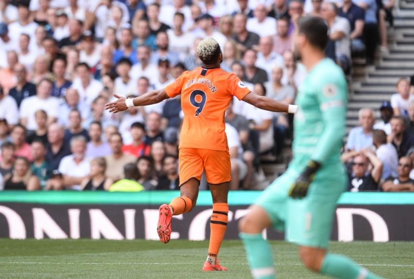 Joelington esulta dopo il gol che decide