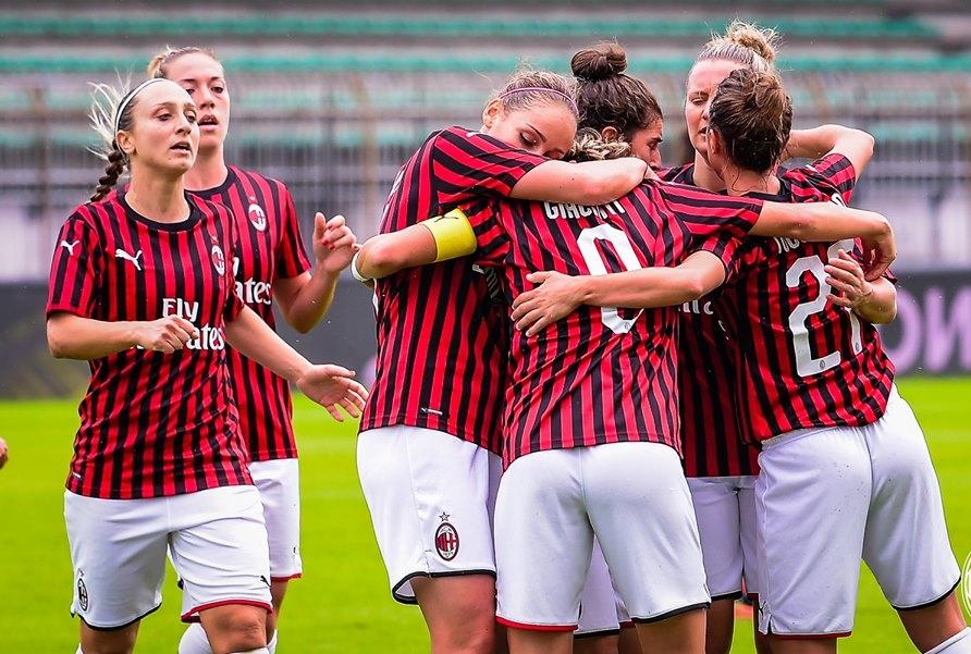 il Milan Esulta dopo la vittoria