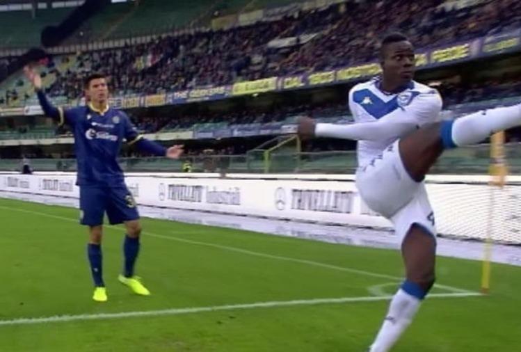 Balotelli lancia il pallone ai tifosi de