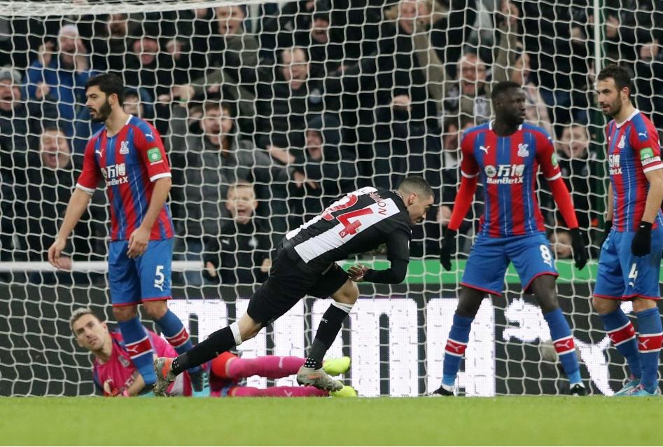 Almiron esulta dopo il gol al Crystal Pa