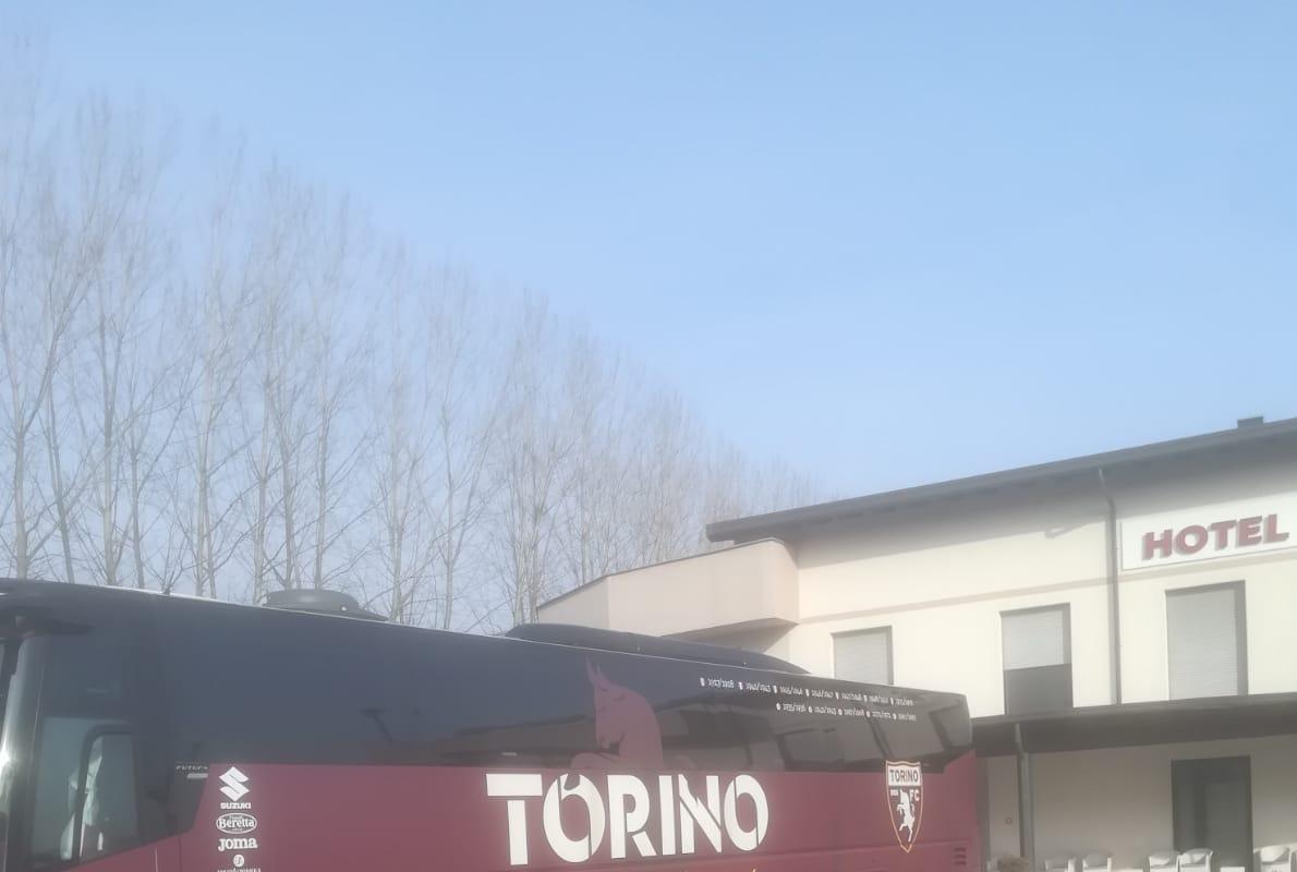 Il pullman del Torino a Novarello