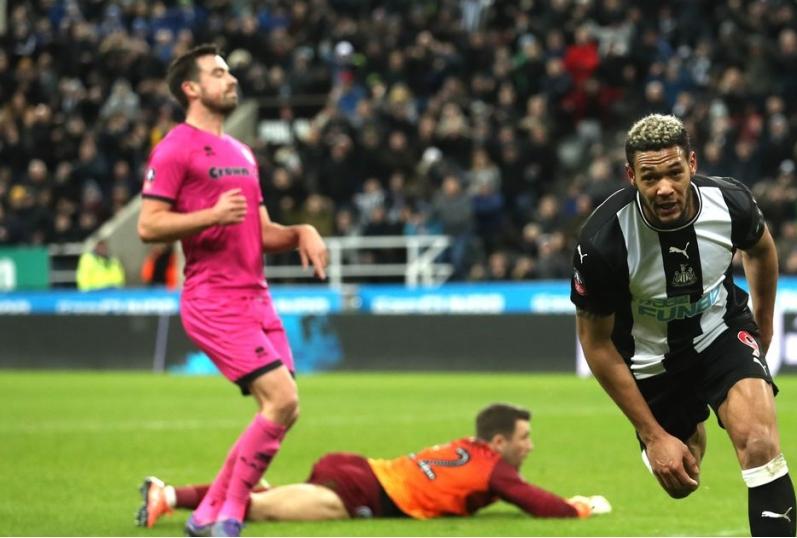 Joelinton esulta dopo il gol al Dale