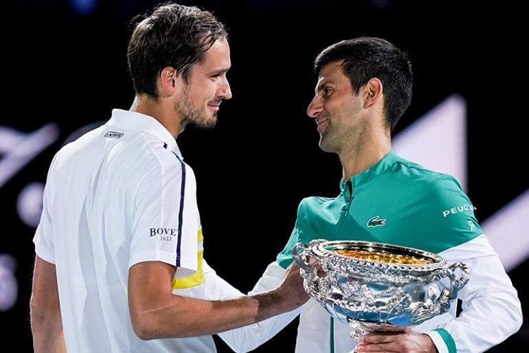 Djokovic (col trofeo) e Medvedev a colloquio dopo il match