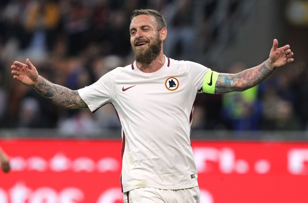 MILAN, ITALY - MAY 07:  Daniele De Rossi of AS Roma celebrates his goal during the Serie A match between AC Milan and AS Roma at Stadio Giuseppe Meazza on May 7, 2017 in Milan, Italy.  (Photo by Marco Luzzani/Getty Images)